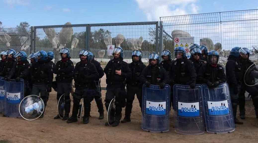 Blocco manifestanti per espianto degli ulivi, la polizia lo forza e carica i manifestanti