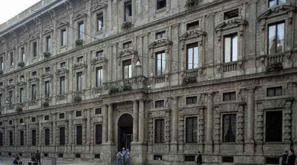 Oggi sono stati arrestati tre dipendenti del Comune di Milano, ma i giornali parlano solo della Raggi