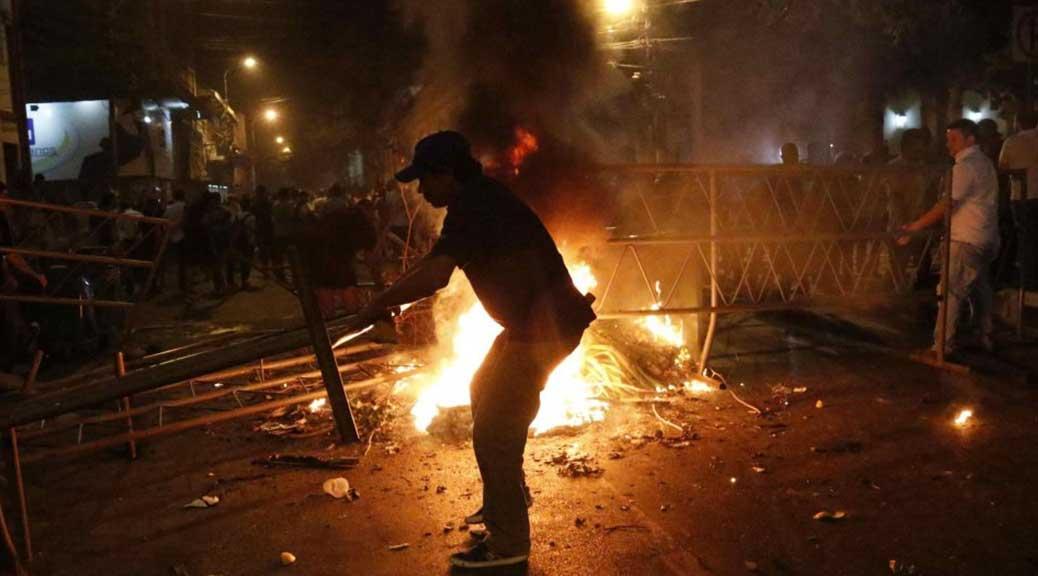 Paraguay: manifestanti invadono e incendiano il Parlamento per protesta