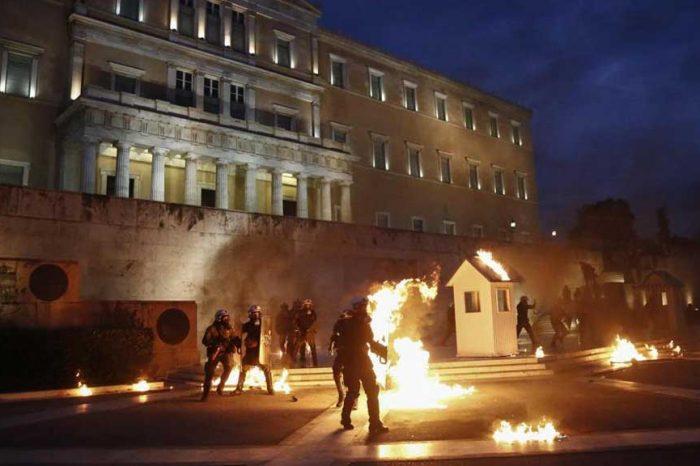 Grecia, proteste in piazza contro le nuove misure di austerità: scontri con la polizia