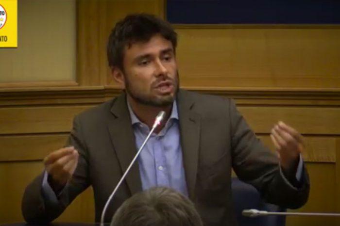 Banche, Di Battista infuriato attacca i giornalisti e la Boschi: 'Aspetto la querela'