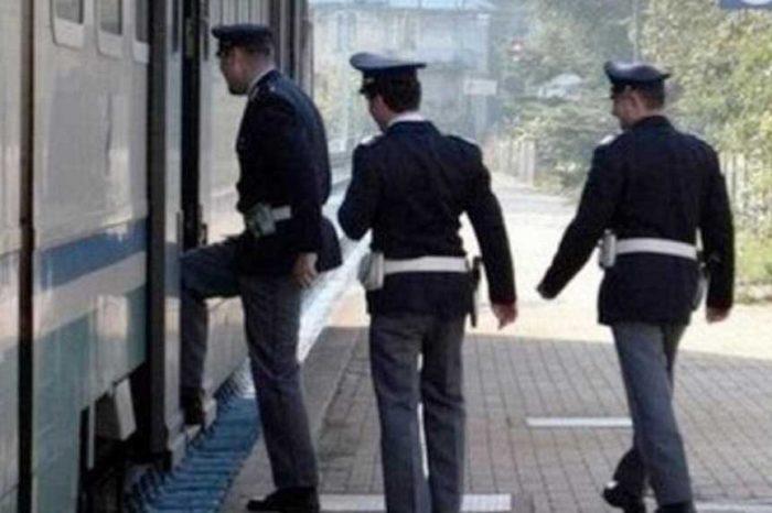 Rapina una ragazza sul treno, ma i passeggeri lo inseguono e lo fanno arrestare