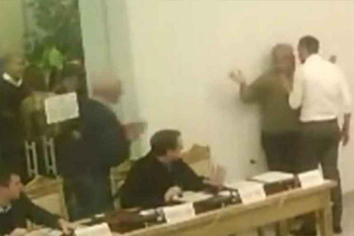 Il capogruppo del Pd aggredisce il grillino durante il Consiglio comunale