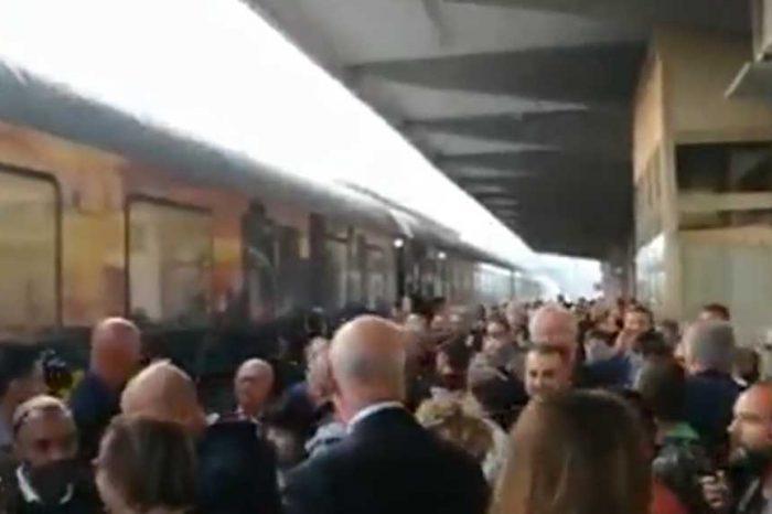 'Buffone, buffone': i cittadini accolgono il treno di Renzi alla stazione di Vasto così