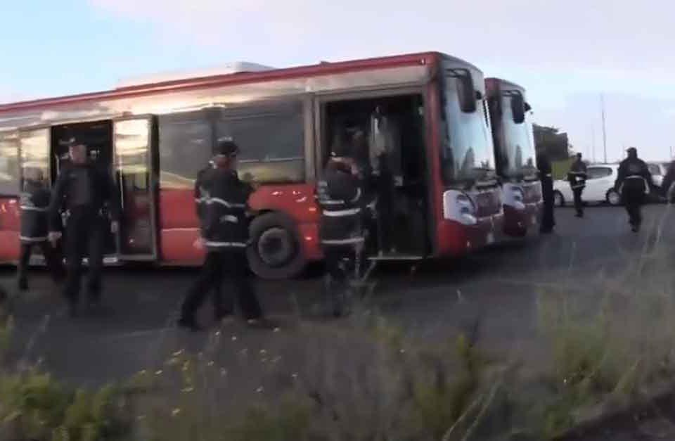 Maxi-operazione-al-campo-nomadi-di-via-Candoni-a-Roma