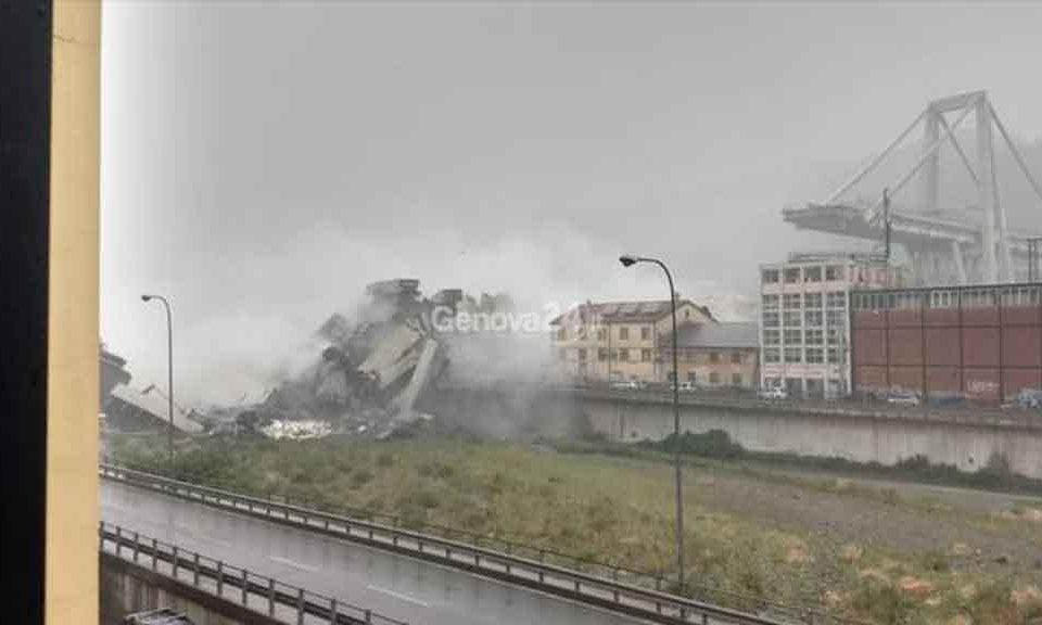 Crolla ponte Morandi su autostrada A10 a Genova