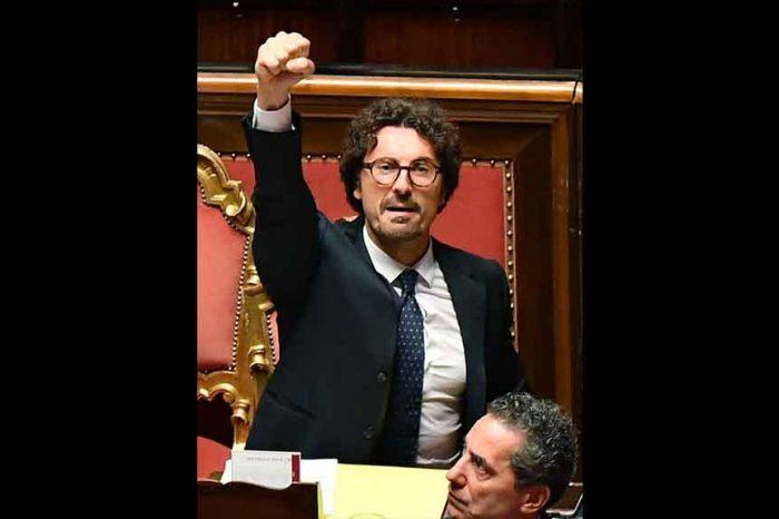 Dl Genova, Toninelli esulta col pugno alzato: le opposizioni insorgono e chiedono le dimissioni del ministro