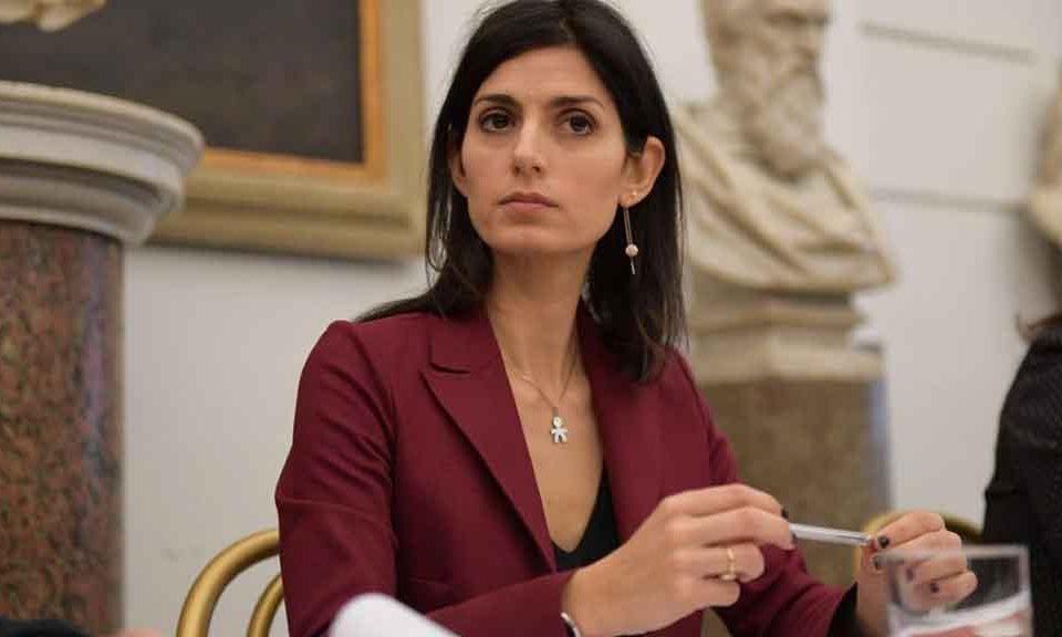 Roncone, Corriere della Sera, prende di mira Virginia Raggi. I giornaloni all'attacco del Movimento dopo Napoli