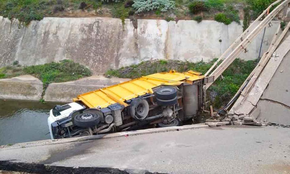 Sardegna, crolla il ponte vicino alla spiaggia di Fontanamare mentre transita un camion dell'immondizia: tragedia sfiorata