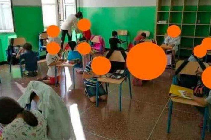 Bambini inginocchiati a scuola, i genitori degli alunni: «Siamo noi ad aver chiesto alle insegnanti di ripartire lo stesso»