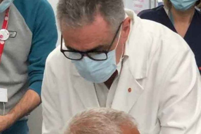 Il racconto di Pregliasco: 'Quel paziente aveva la paura negli occhi. Quando ha saputo che avrebbe ricevuto il vaccino di AstraZeneca ha confessato le sue preoccupazioni'